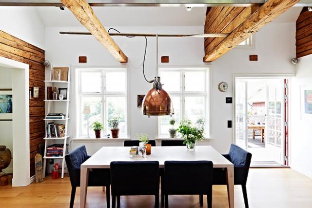 Un techo con vigas de madera - Lamparas para techos muy altos ...