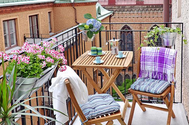 Terrazas y balcones renovados - Decorar porche pequeno ...