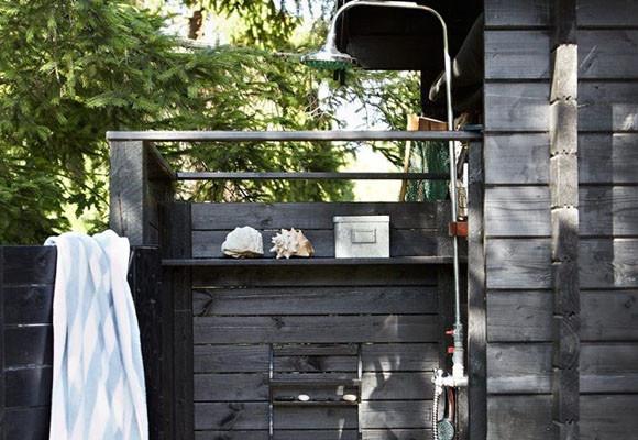 Disfrutar de una ducha de exterior for Duchas para piscinas exterior