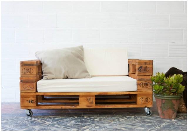 Decorar con un bonito sof de palets - Como hacer un sofa con palets ...